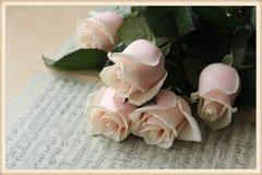 Rosas e notas Imagem de Stock Royalty Free