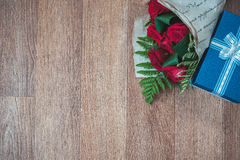 Rosas e presente de veludo no canto Imagens de Stock Royalty Free