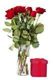 Rosas e presente longos da haste Imagem de Stock Royalty Free