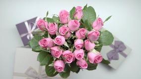 Rosas e presentes vídeos de arquivo