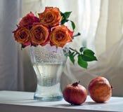 Rosas e romã fotografia de stock