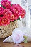Rosas e sunhat Imagens de Stock