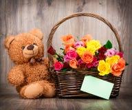 Rosas e um urso de peluche Foto de Stock Royalty Free