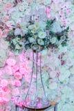 Rosas em um suporte com grânulos Imagem de Stock Royalty Free