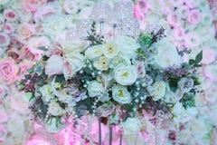 Rosas em um suporte com grânulos Fotos de Stock Royalty Free