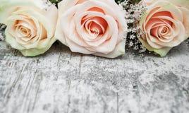 Rosas em uma tabela de madeira Fotografia de Stock Royalty Free