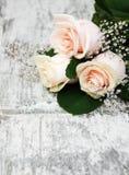 Rosas em uma tabela de madeira Imagem de Stock