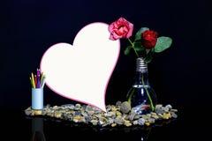 Rosas em uns vasos e em umas notas do coração Foto de Stock Royalty Free