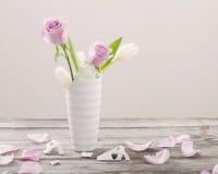 rosas em vaso quebrado na tabela de madeira velha Imagens de Stock