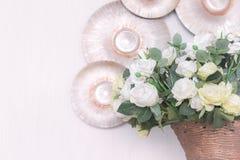 Rosas en el pote adornado en sitio Imagen de archivo