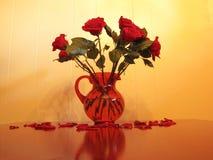 Rosas en florero Foto de archivo libre de regalías