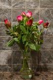 Rosas en florero , Día de tarjetas del día de San Valentín Foto de archivo