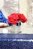 Rosas en florero elegante Imagen de archivo