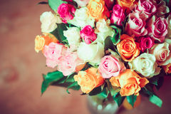 Rosas en florero transparente Fotos de archivo libres de regalías