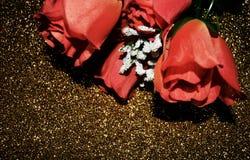 Rosas en fondo de oro Imagen de archivo