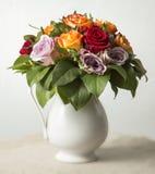 Rosas en jarra Imagenes de archivo
