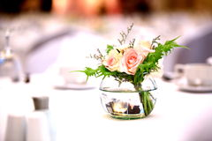 Rosas en la tabla Imágenes de archivo libres de regalías