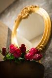 Rosas en lavabo , Regalo del día de tarjetas del día de San Valentín Imagen de archivo libre de regalías