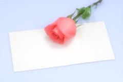 Rosas en tarjeta imágenes de archivo libres de regalías