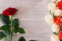 Rosas en un fondo de madera foto de archivo