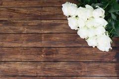 Rosas en un fondo de madera Imagenes de archivo