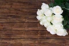 Rosas en un fondo de madera Fotografía de archivo