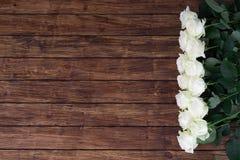 Rosas en un fondo de madera Fotografía de archivo libre de regalías
