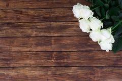 Rosas en un fondo de madera Imágenes de archivo libres de regalías