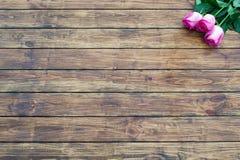 Rosas en un fondo de madera Imagen de archivo libre de regalías