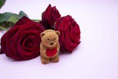 Rosas en un fondo rosado, un ramo de rosas rojas El día de tarjeta del día de San Valentín, el día de madre feliz Día feliz del ` imagen de archivo libre de regalías