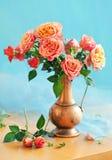 Rosas en un jarro del vintage imagen de archivo libre de regalías