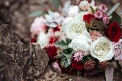 Rosas en un ramo de la flor de las novias fotografía de archivo libre de regalías