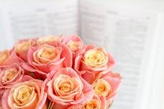 Rosas en una caja redonda y la biblia Rosas rosadas hermosas en un fondo de madera blanco Rosas rosadas hermosas y la biblia Fotos de archivo