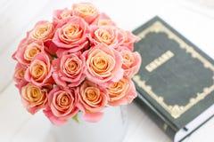 Rosas en una caja redonda y la biblia Rosas rosadas hermosas en un fondo de madera blanco Rosas rosadas hermosas y la biblia Imagen de archivo