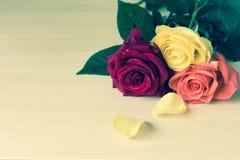 Rosas en una tabla imagen de archivo libre de regalías