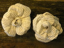Rosas feitas do jornal fotografia de stock royalty free
