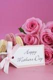 Rosas felices y Macarons del rosa del día de madres Imágenes de archivo libres de regalías
