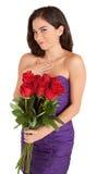 Rosas felizes da terra arrendada da mulher fotografia de stock