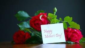 Rosas florecientes del rojo hermoso