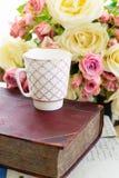 Rosas florecientes del rosa y del blanco Imagen de archivo