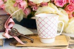 Rosas florecientes del rosa y del blanco Imagen de archivo libre de regalías
