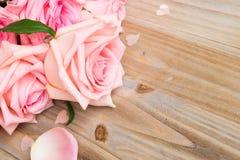 Rosas florecientes rosadas en la madera Fotos de archivo libres de regalías