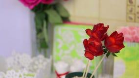 Rosas hechas de las fresas Las fresas se visten en un palillo, los pétalos se hacen con un cuchillo En la esquina coloca un bouqu almacen de video