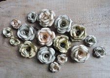 Rosas hechas del periódico viejo foto de archivo libre de regalías