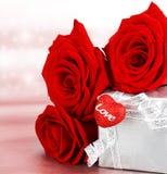 Rosas hermosas con el rectángulo y el corazón de regalo Fotografía de archivo libre de regalías