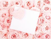 Rosas hermosas con la tarjeta y el corazón del regalo Foto de archivo libre de regalías