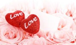 Rosas hermosas con la tarjeta y los corazones del regalo Fotos de archivo libres de regalías