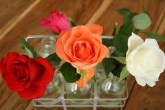 Rosas hermosas en la tabla imágenes de archivo libres de regalías