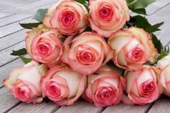 Rosas macias na madeira cinzenta velha Imagem de Stock Royalty Free