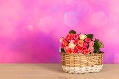 Rosas mezcladas coloridas de la cesta en interior imagenes de archivo